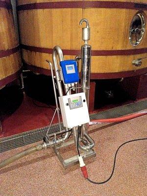 Caudalímetro magnético con dosificador para trasiegos de vino