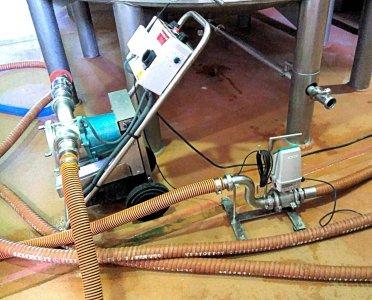 caudalimetro con dosificador en el cabezal conectado a la bomba de trasiego